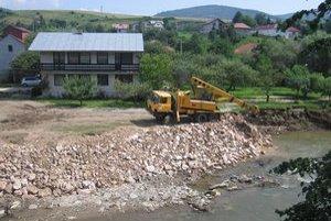Dom Šimkovcov. Po povodniach pred dvoma rokmi prechádzali mechanizmy cez ich pozemok.