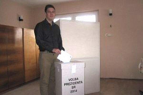 V Dlžíne bola dopoludnia priemerná volebná účasť.