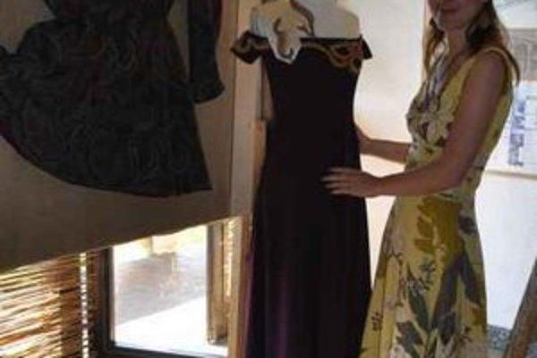 Návrhárka Mária. Batika je jednou z jej obľúbených postupov.