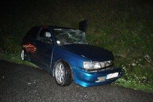 Zničená toyota. Zo zdemolovaného auta záchranári vyniesli dvoch ťažko zranených mladíkov.