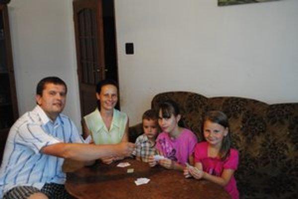 Marián. Založil si už rodinu. Na snímke s manželkou, svojimi deťmi aj so susedovými.