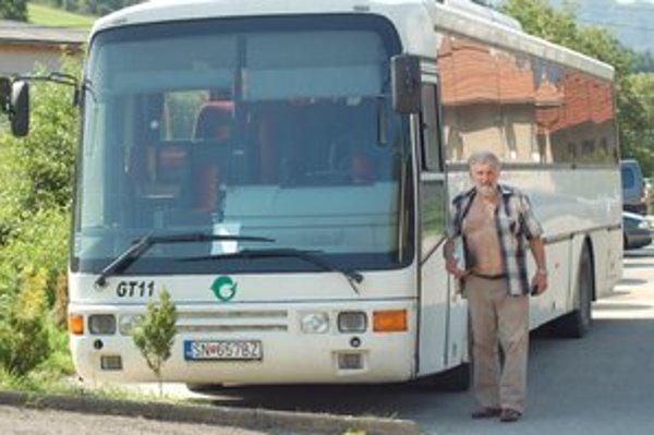 Šiesty autobus. Vlašania majú novší autobus.