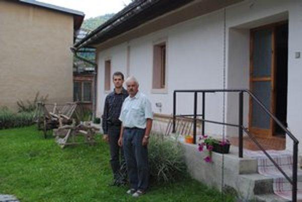 MúzeumVnuk Ján a pravnuk Lukáš pred domom, kde manželia Mackovjakovci ukrývali matku so synom. ⋌FOTO: KAR