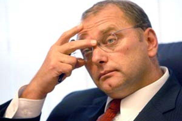 Minister dopravy Ľubomír Vážny odmieta tvrdenia, že pri výber poradcu porušil zákon. Ten však hovorí opak.