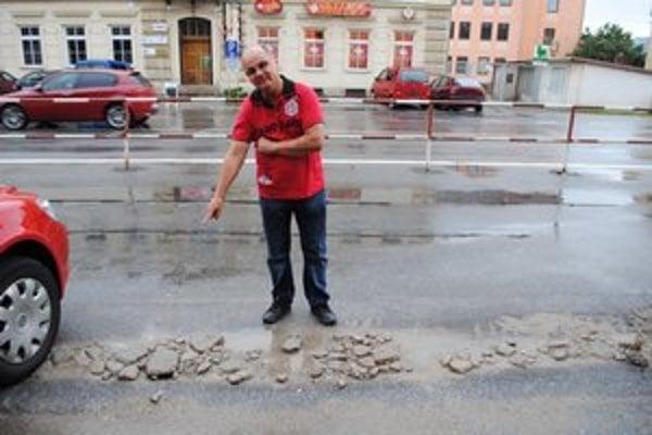 Jamy. Betón už je rozdrvený, pretože taxikári plátali jamy počas mrazov.
