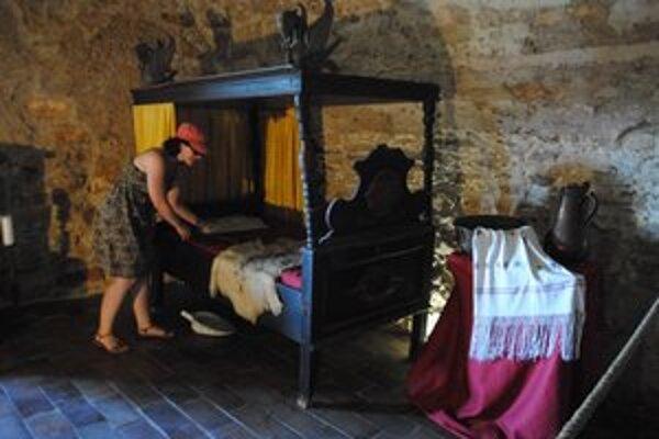 Stredoveká spálňa. Dámy zvykli spať aj posediačky. Na snímke sprievodkyňa Lucia.