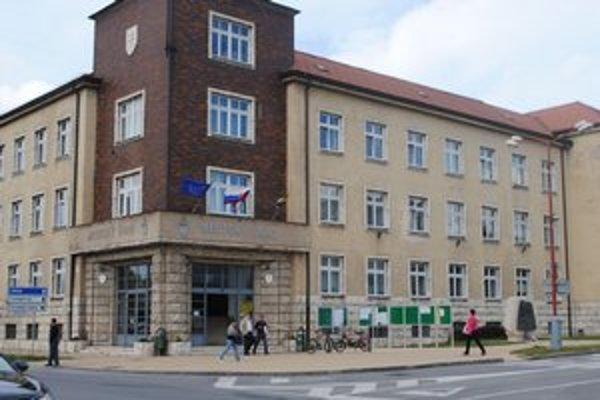 Mestský úrad znížil počet zamestnancov.