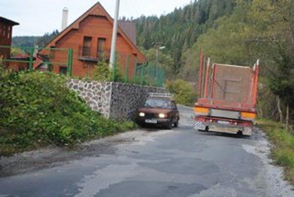 Úzka cesta. Menšie auto musí ustúpiť väčšiemu.