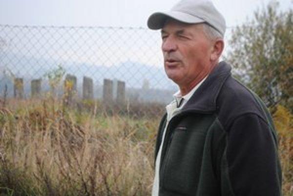 Ladislav Šteiner odkúpil otcov pozemok. V pozadí zvyšky po stodole jeho prarodičov.