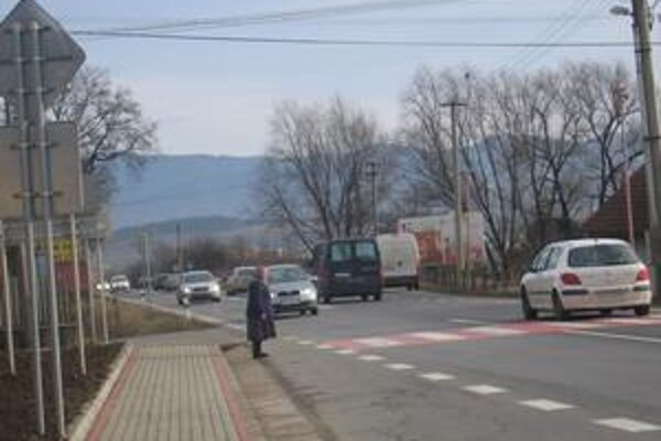 Bezpečnosť chodcov. V Klčove vyriešili problém stavbou chodníka a farebným označením priechodu pre chodcov.