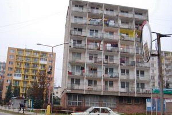 Kancelária BHMK. Sídli na prízemí obytného bloku na Ulici SNP č. 1. Päť bytov z tohto bloku mesto ponúka na predaj.