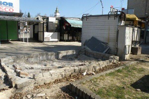 Prvý nelegálny stánok z centra Prievidze už zmizol.