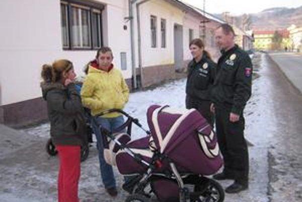 Policajti. Na Spiši pribúda uniformovaných strážcov zákona. Na snímke V. Nováček so svojou kolegyňou.