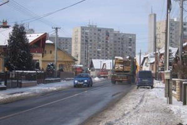 Nákladné autá. Smižancom, ktorí bývajú na Tatranskej ulici, strpčuje život frekventovaná doprava.
