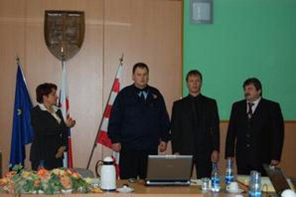 Posila. Vlani vo februári rady polície posilnili dvaja policajti. Na snímke pri skladaní sľubu.