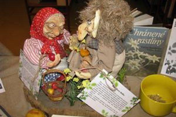 Babka Kysľavka a Kamilkový dedko. Aby mali vlasy lesklé, umývajú si ich týmito bylinkami.