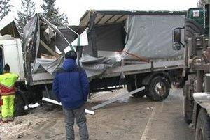 Kamión. Kým ho odpratali, vodiči museli čakať. Mnohým to urobilo škrt cez rozpočet.
