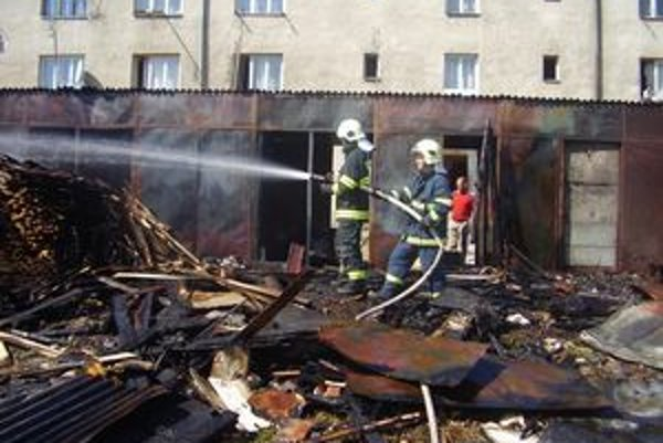 Hasiči zabránili rozšíreniu požiaru na ďalšie objekty.