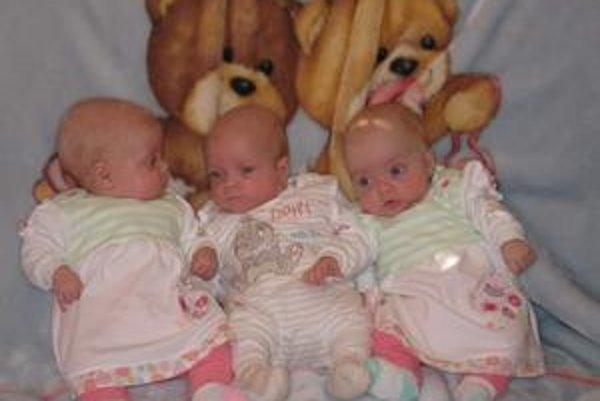 Trojčatá. Už teraz sa každé z bábätiek prejavuje ako jedinečná osobnosť. Isté však je - ak začne plakať jedno z nich, ostatné dve sa pridajú.