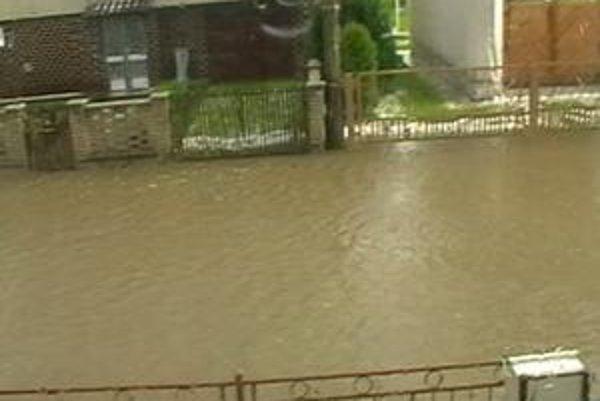 Kanalizácia zlyhala, ulica Komenského bola takto vytopená.
