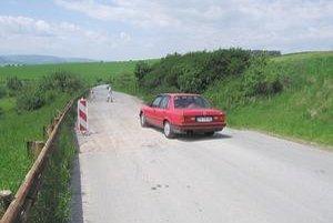 Danišovce. Prepadnutý úsek provizórne zasypali štrkom. Vodiči tade jazdia s obavami.