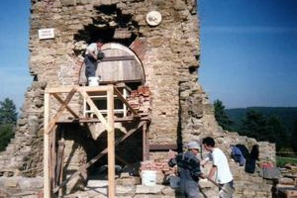Práce na kaplnke. Na jej záchrane nadšenci z obce pracujú dlhé roky.