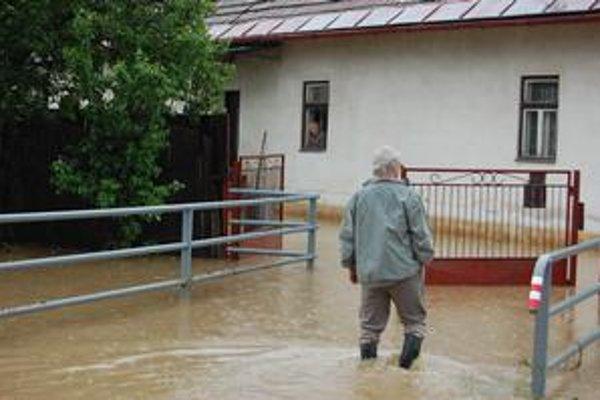 Smreková ulica. Bystrička zaplavila mosty vedúce k domom. Ľudí v nich uväznila. Smižanec ide pomôcť svokre. V susednom dome mal zasa vnúčence.