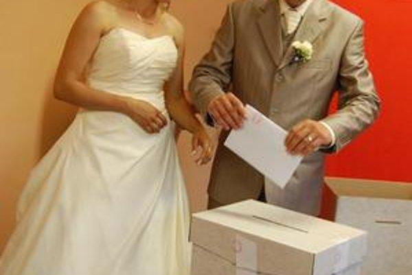 Mladomanželia kráčali najprv spoločne k oltáru, kde si povedali svoje áno, a potom aj do volebnej miestnosti.