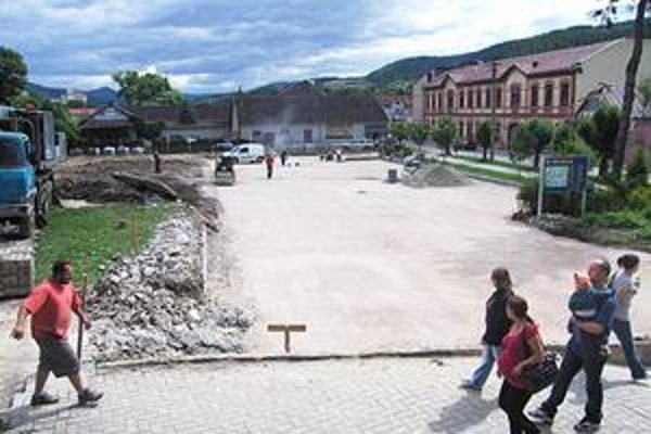 Do polovice augusta chcú v meste opraviť aj dve parkoviská.