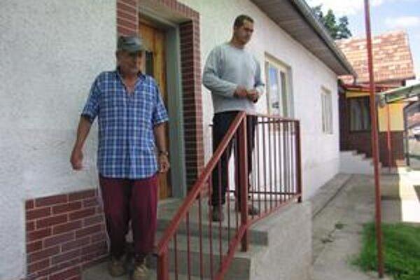 Budú búrať. Zoltán Horváth so svojím synom Stanislavom pred domom, ktorý o pár dní budú búrať.