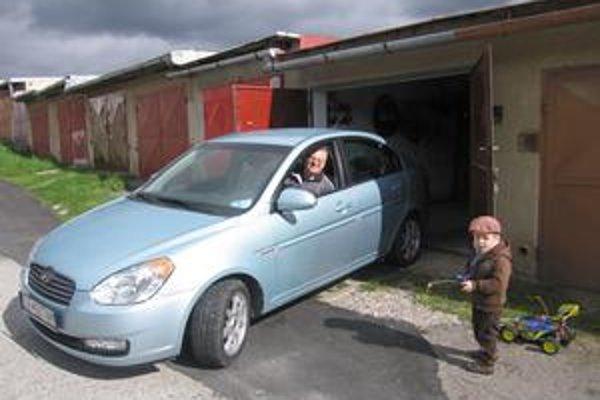 Ján Záhradník je spokojný s garážou aj cestou.