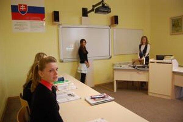 Hodina angličtiny. V triede pedagogičky Miriam Nevyjelovej študenti s učebnicami nemajú problém. Pomáha aj nová interaktívna tabuľa.