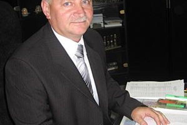 Nový riaditeľ. P. Bednár vystriedal doterajšieho policajného šéfa J. Dulíka.