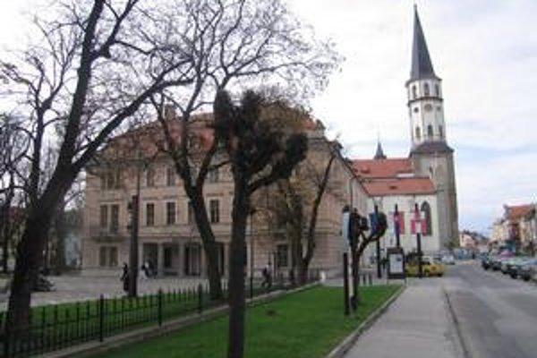 Mestský úrad. O veci verejné, ktoré sa riešia na mestskom úrade, prejavil záujem rekordný počet Levočanov.