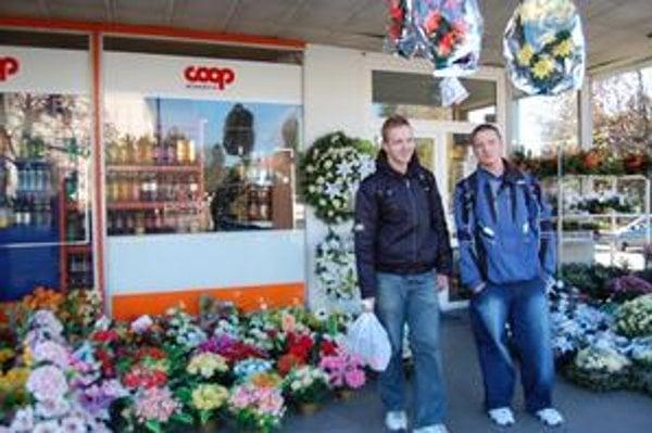 Andrej a Vladimír boli s nákupom sviečok spokojní. Mali z čoho vyberať.