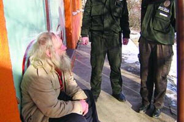 Nálepkovskí policajti. Podobne ako ich ostatní kolegovia na Spiši, čelia stúpajúcej agresivite zo strany chudobných obyvateľov osád.