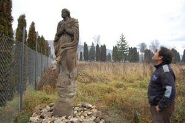 """Immaculata. """"Dali sme pod ňu kamenie, aby nestála na mokrej pôde,"""" zdôraznil Podhradčan pracujúci na obnove mýtnice."""