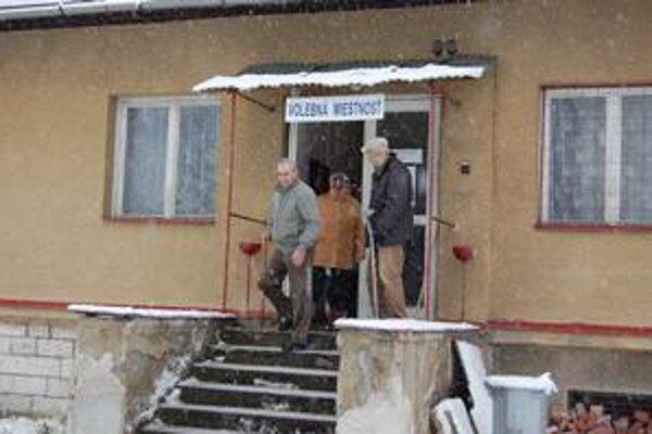 Hasičská stanica bola jednou zo šiestich volebných miestností v Krompachoch. Manželov Cyrila s Máriou a Stranislava s Františkou od volieb neodradilo ani husté sneženie.
