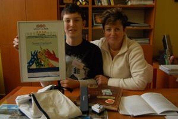 Tomáš s J. Krokusovou. Za svoj dobrý skutok získal aj vecné ceny.