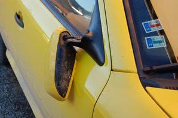 Zlomený späťák. Podľa taxikára ho zlomil jeden z mladíkov, ktorý skočil na auto.