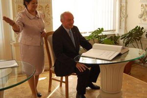 Vojtech Král. Laureát Ceny mesta sa zapísal do pamätnej knihy.