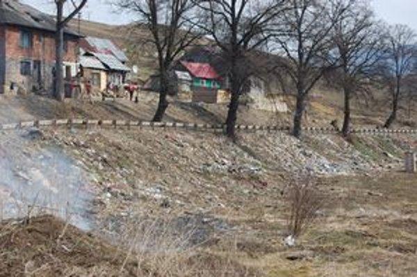 Osada Dreveník. Odpadom je zasypaná.