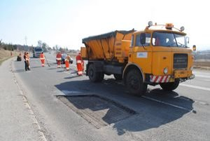 V týchto dňoch cestári opravujú najhoršie úseky ciest.