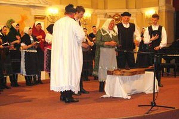 Pochovávanie basy. Starý fašiangový zvyk predviedli folkloristi zo Spišského Štvrtka.