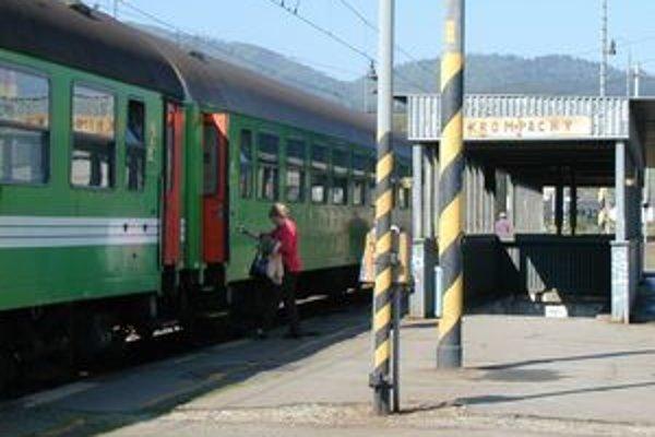 Ohrození cestujúci. Tí, ktorí hádžu kamene do vlakov, si neuvedomujú, že ohrozujú život ľudí.