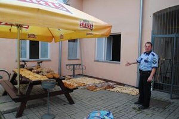 Policajti si dali záležať a takto rozložili na dvore mestskej polície kradnutý tovar.