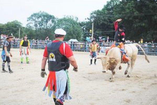Súboj muža a poltonového býka. Skúsili ho jazdci z piatich kajín. Dvoch museli ošetriť.