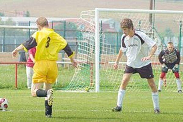 Trojgólový Ivan Farkašovský. Proti Chrasťanom sa zaskvel troma gólmi Ivan Farkašovský (vpravo). Zvlášť jeho prvý gól bol kuriózny.