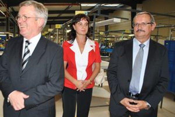 Veľvyslanec. A. Hartmann (vľavo) navštívil nemecké firmy v meste. Vpravo primátor J. Volný.