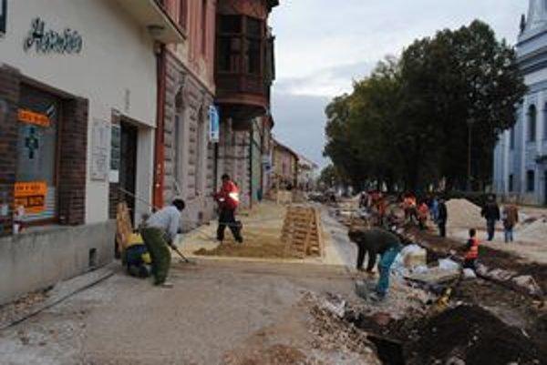 Centrum mesta. Návštevníci obchodov na Zimnej ulici už môžu využívať nový chodník.